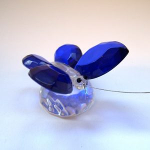 Glas vlinder blauw op kristal-sokkel  5x5x3,5 cm